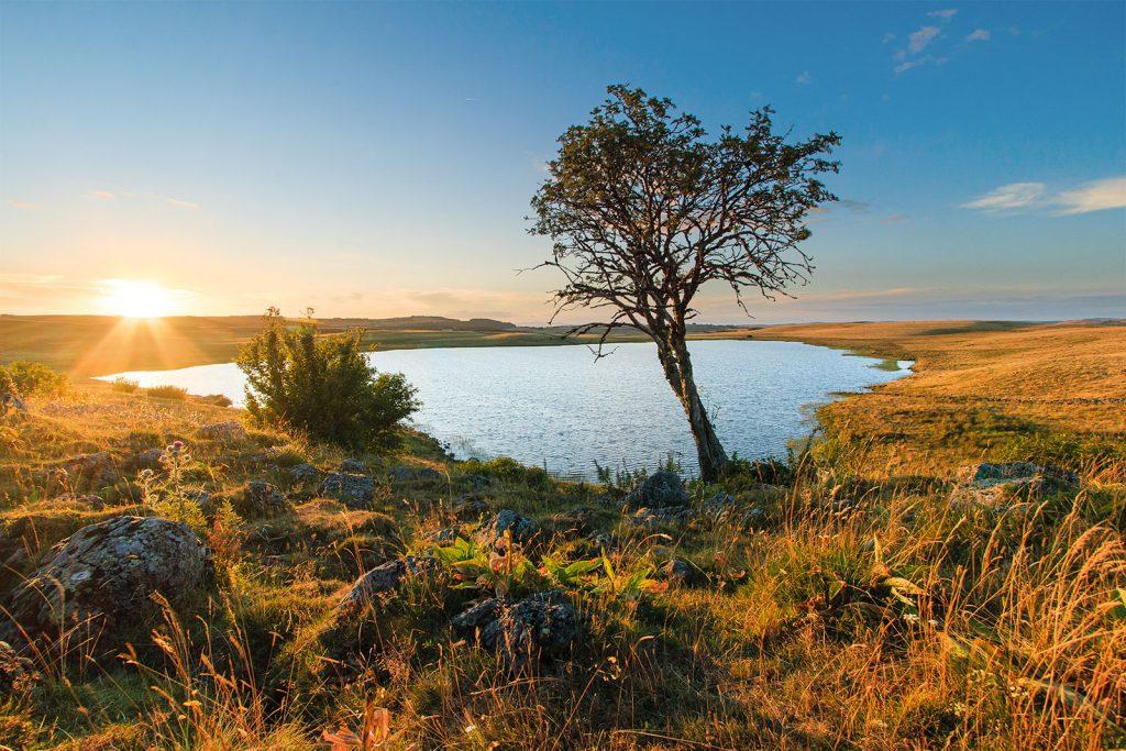 Le soleil se couhe derrière le lac de Saint Andéol