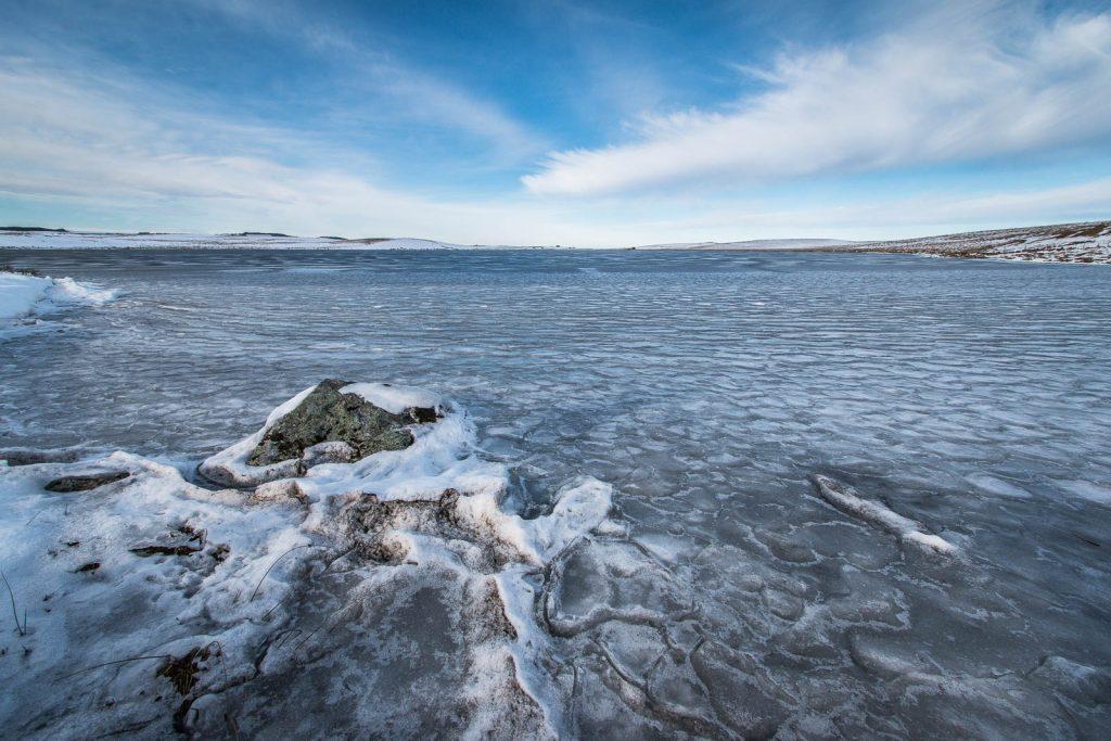 Le bord du lac est gelé