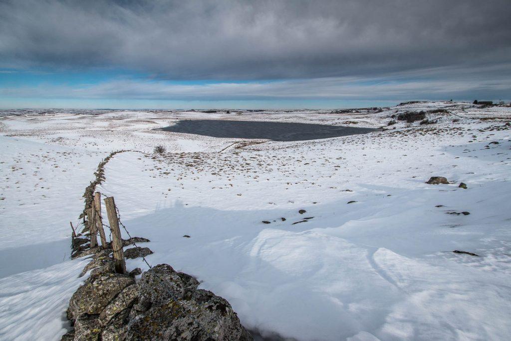 Lac de Saint Andéol avec de la neige