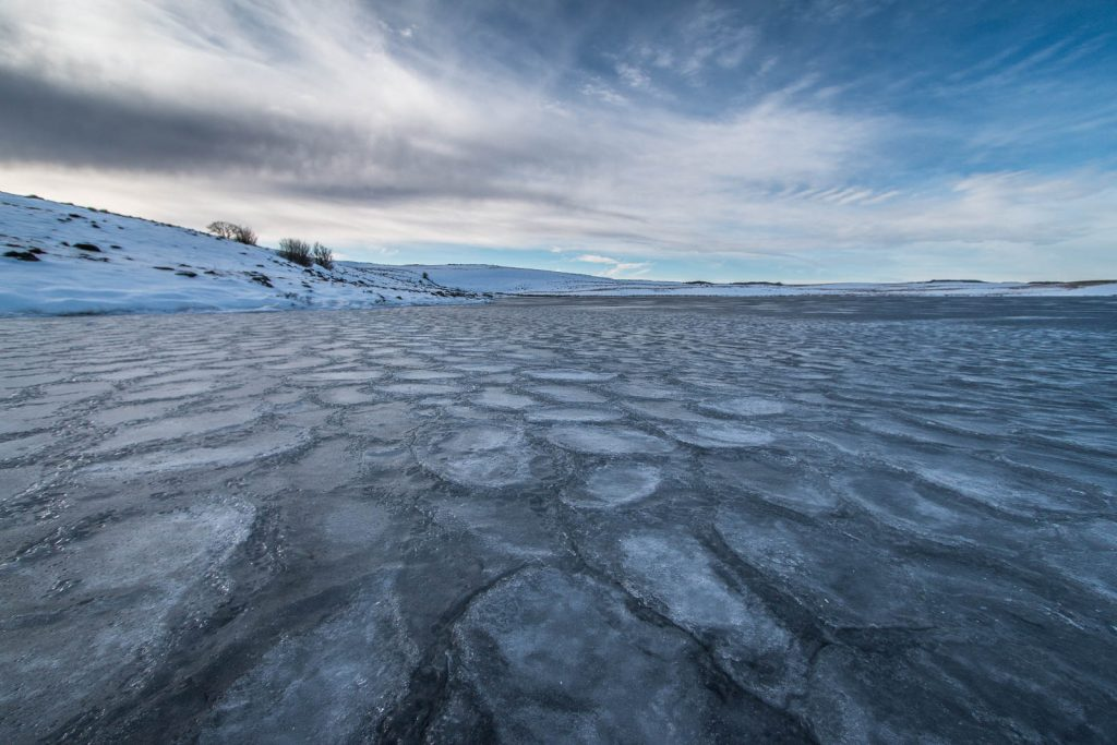 Le bord du lac de Saint Andéol est gelé